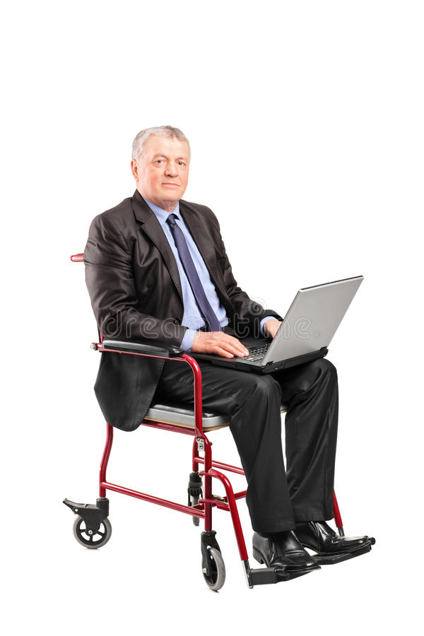 Uomo d'affari maturo in una sedia a rotelle fotografia stock