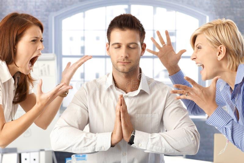 Uomo d'affari Meditating con la discussione dei colleghi fotografia stock