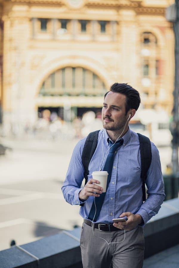 Uomo d'affari millenario Commuting In Melbourne fotografie stock libere da diritti