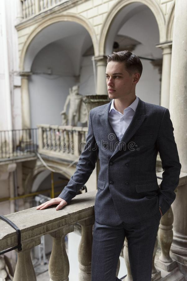 Uomo d'affari moderno Giovane sicuro in vestito pieno fotografia stock libera da diritti