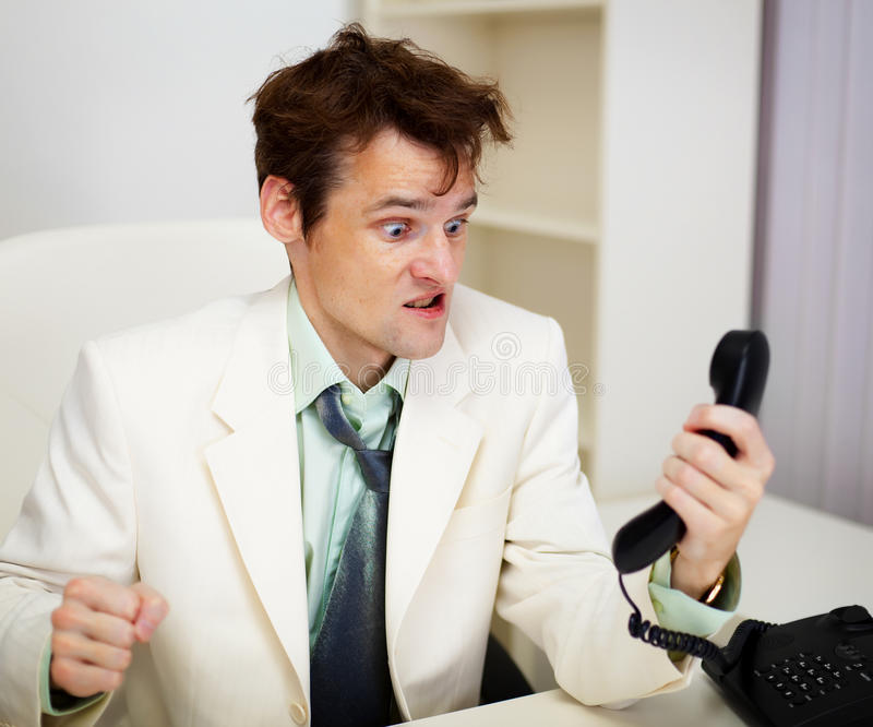 Uomo d'affari molto arrabbiato in ufficio fotografia stock libera da diritti