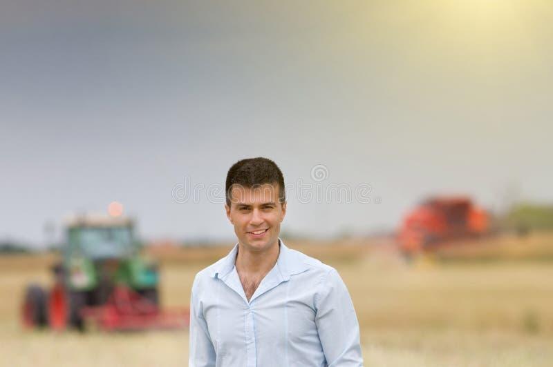 Uomo d'affari nel campo durante il raccolto fotografia stock libera da diritti