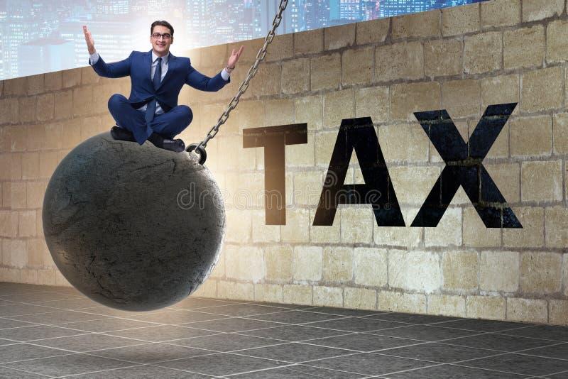 Uomo d'affari nel concetto di presentazione di dichiarazione dei redditi immagine stock libera da diritti