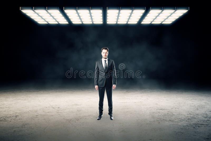 Uomo d'affari nell'interno astratto fotografia stock libera da diritti