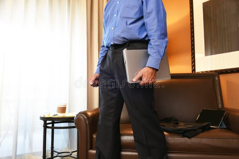 Uomo d'affari nella camera di albergo fotografia stock libera da diritti