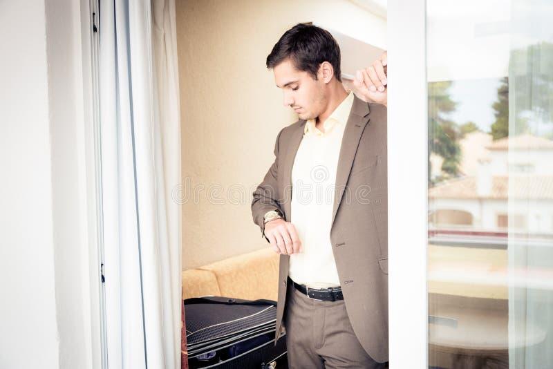 Uomo d'affari nella camera di albergo immagini stock