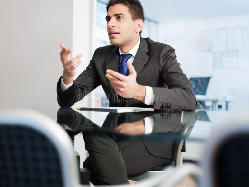 Uomo d'affari nella sala riunioni fotografie stock libere da diritti