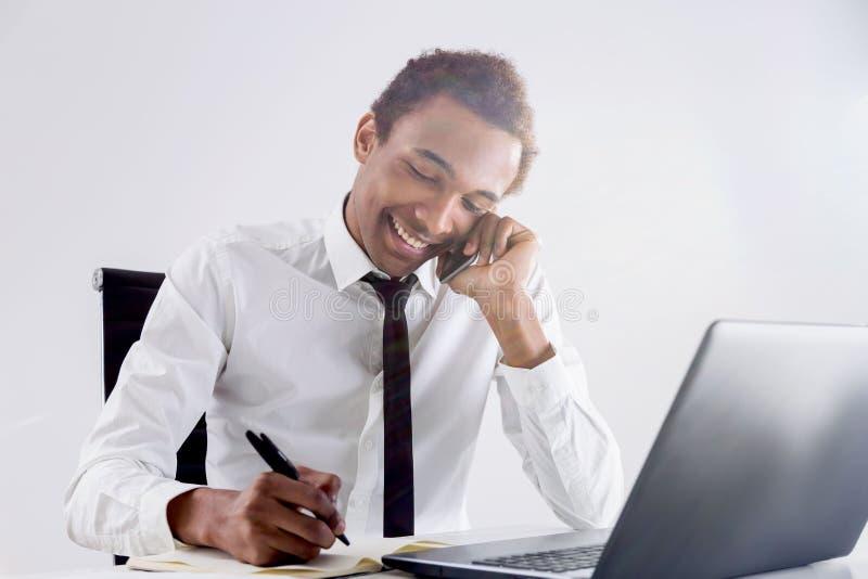 Uomo d'affari nero amichevole sul telefono immagine stock libera da diritti