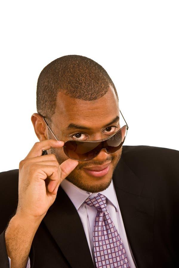 Download Uomo D'affari Nero Che Osserva Sopra I Suoi Occhiali Da Sole Fotografia Stock - Immagine di africano, giovane: 7302102