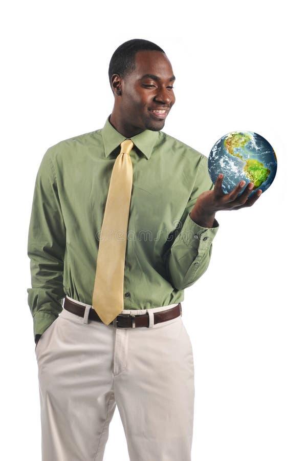 Uomo d'affari nero che tiene la terra immagine stock libera da diritti