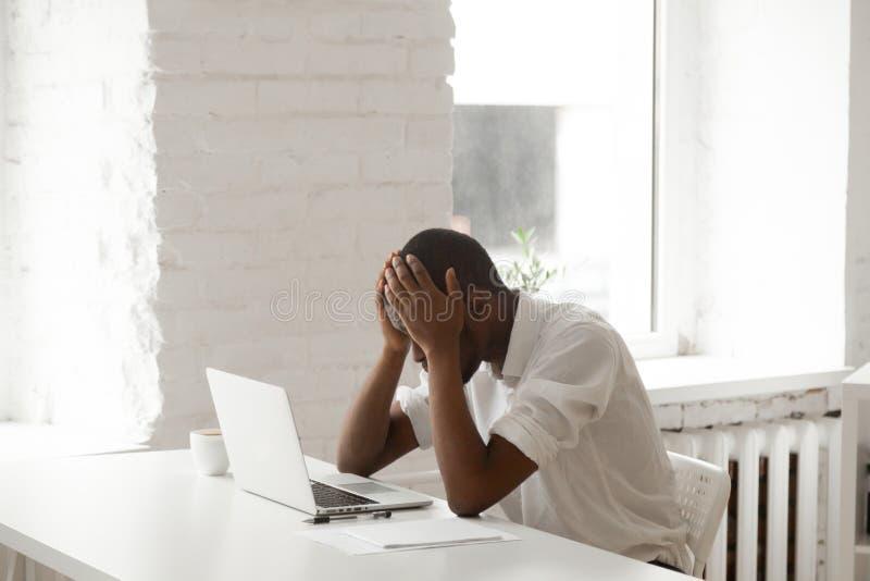 Uomo d'affari nero sollecitato nel panico dopo fallimento al wo fotografia stock libera da diritti
