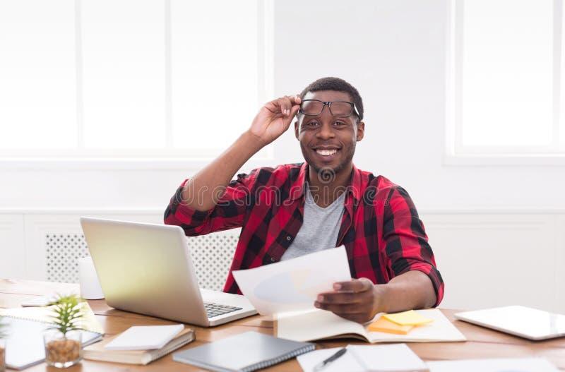 Ufficio Del Lavoro In Nero : Uomo daffari nero in ufficio casuale in posto di lavoro con il