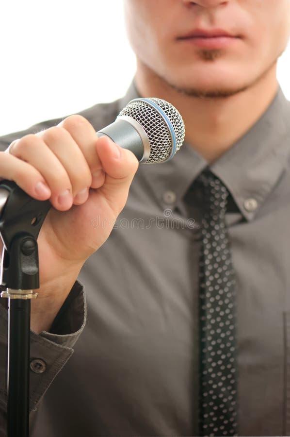 Uomo d'affari o cantante in cappotto grigio fotografia stock libera da diritti