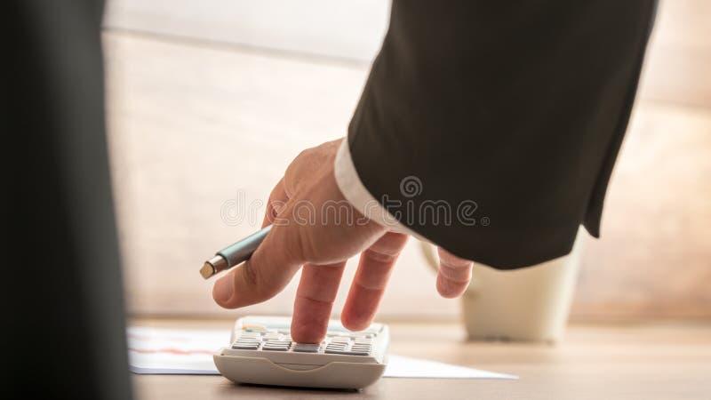 Uomo d'affari o ragioniere che fa calcolo finanziario importante immagine stock libera da diritti
