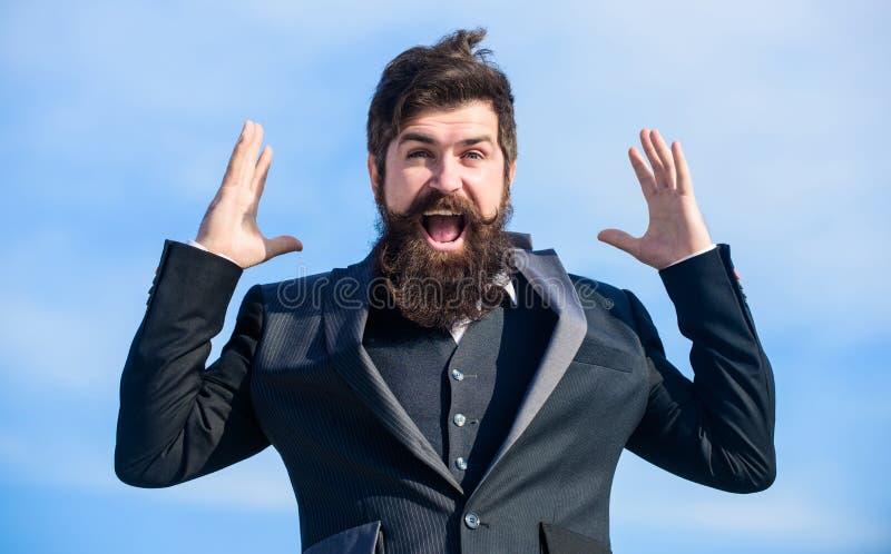 Uomo d'affari ottimista barbuto dell'uomo indossare il fondo convenzionale del cielo del vestito Successo e fortuna Umore ottimis fotografie stock