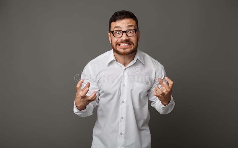 Uomo d'affari pazzo furioso arrabbiato in vetri allo studio fotografia stock libera da diritti