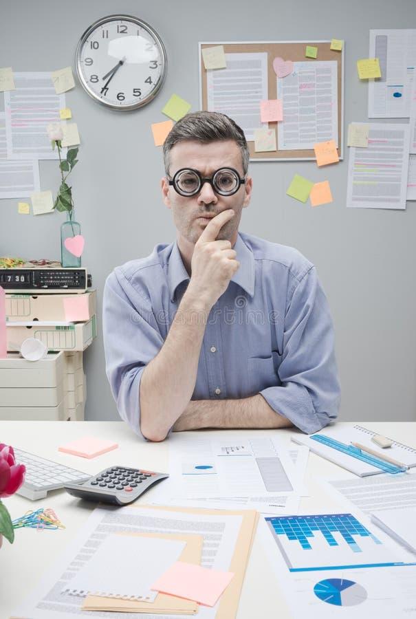 Uomo d'affari pensieroso del nerd fotografia stock libera da diritti