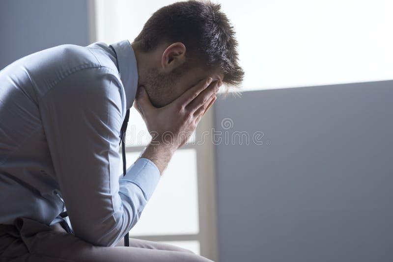 Uomo d'affari pensieroso stanco fotografie stock libere da diritti
