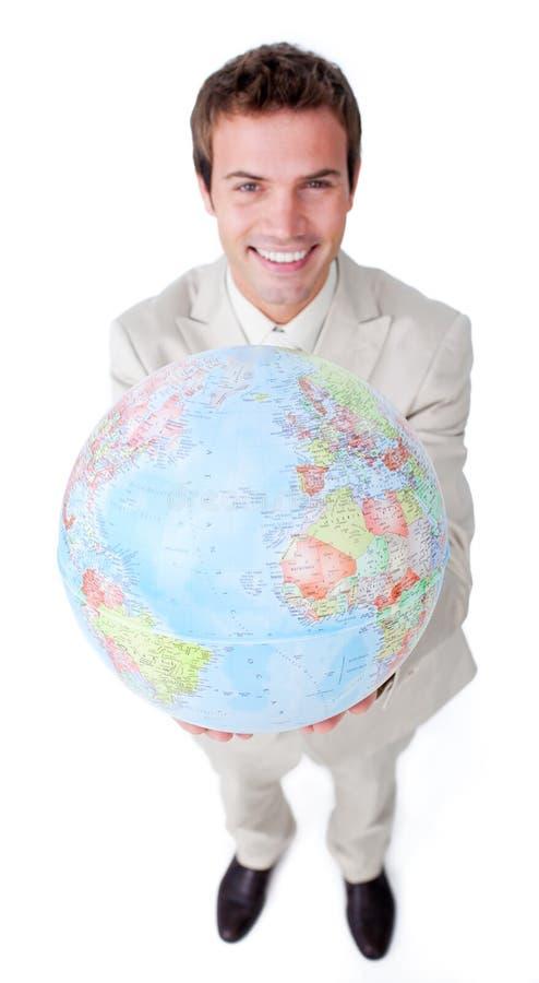Uomo d'affari positivo che mostra un globo terrestre fotografie stock