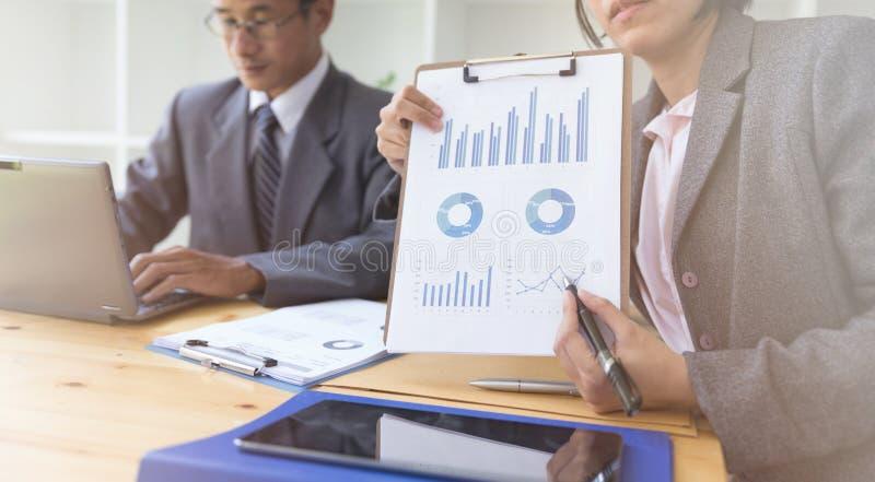 Uomo d'affari presente all'investitore professionale che lavora nuovo sta immagine stock