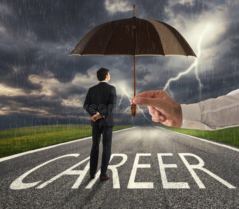 Uomo d'affari pronto ad iniziare un modo difficile di carriera con un grande aiuto di un ombrello Concetto di supporto e di assis fotografia stock libera da diritti