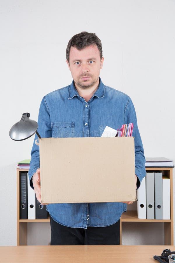 uomo d'affari restituito dal suo ufficio infornato immagini stock