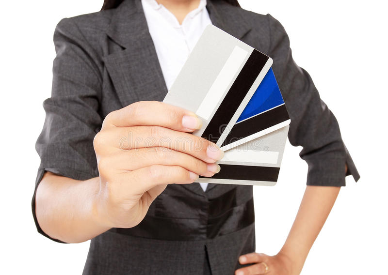 Uomo d'affari ricco che tiene molte carte di credito fotografie stock