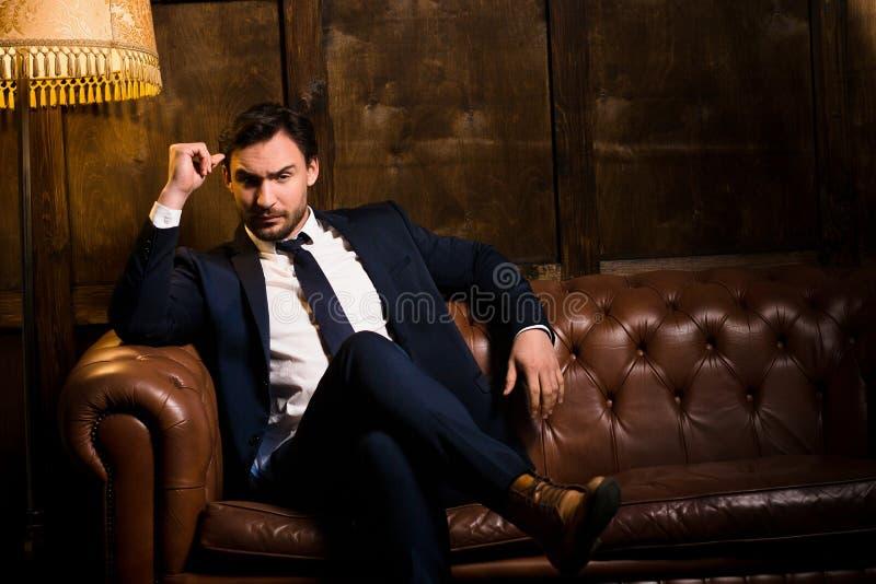 Uomo d'affari ricco con il sigaro fotografie stock
