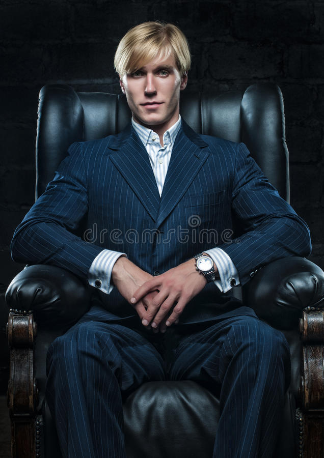 Uomo d'affari in sedia di cuoio fotografie stock libere da diritti