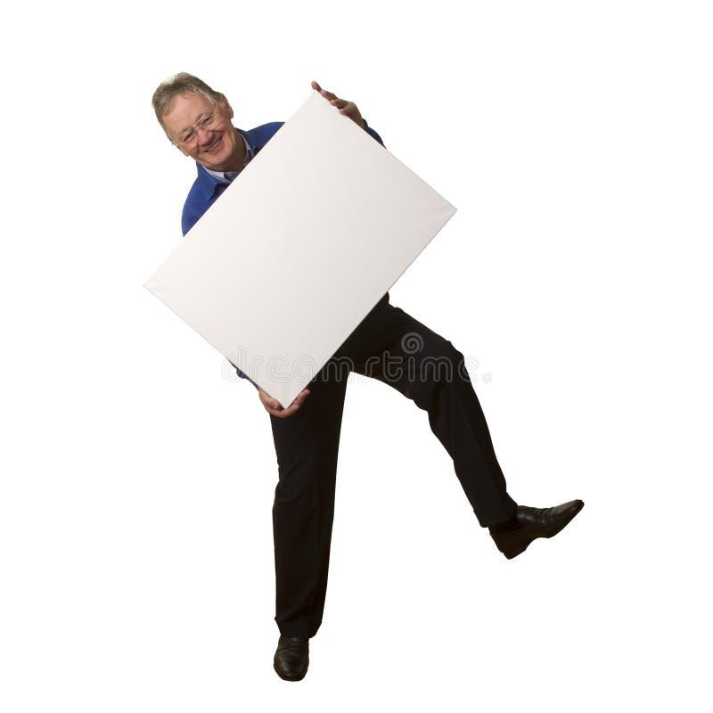 Uomo d'affari senior casuale che tiene segno in bianco. fotografie stock