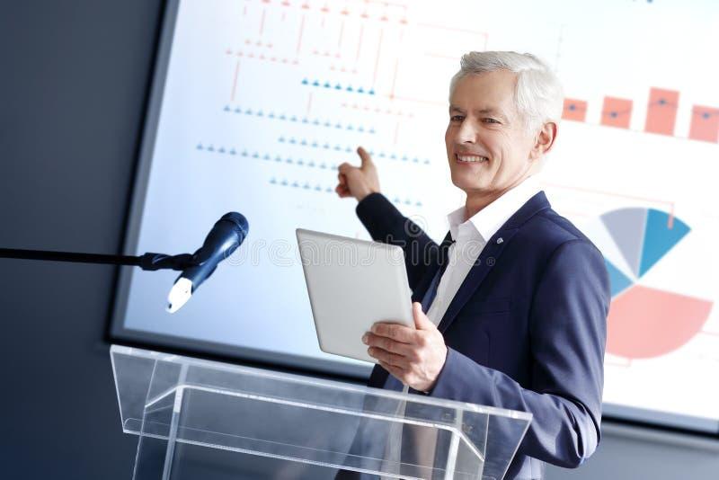 Uomo d'affari senior che dà un discorso fotografia stock libera da diritti
