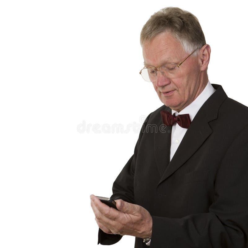 Uomo d affari senior che manda un sms sul telefono cellulare