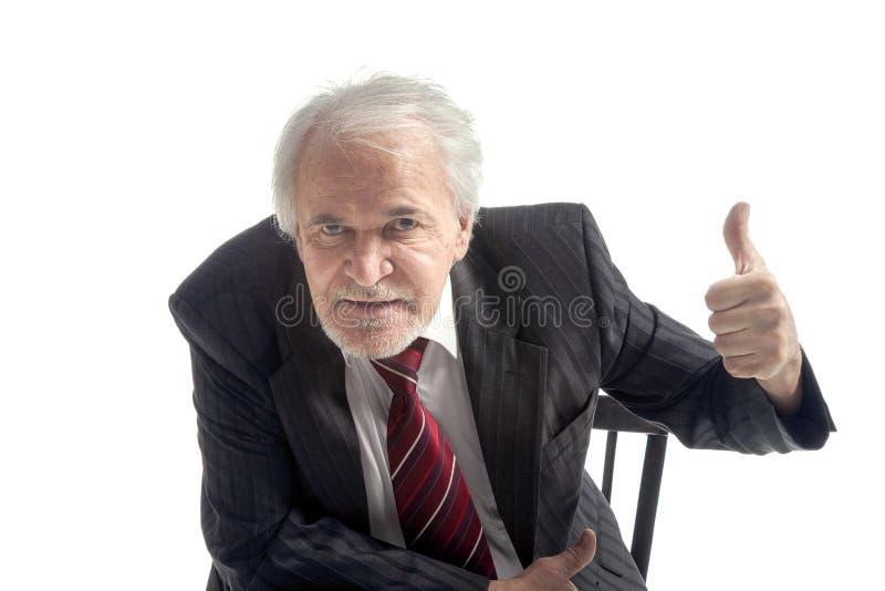 Uomo d'affari senior sorridente con i pollici su fotografie stock