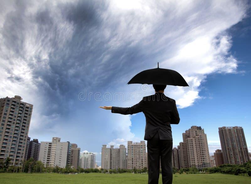 Uomo d'affari in serie scure con l'ombrello immagine stock libera da diritti