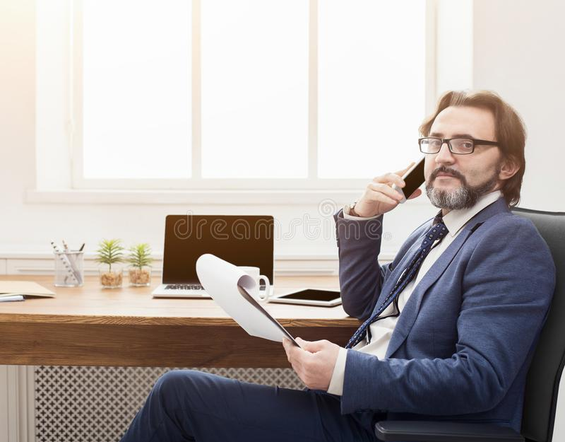 Uomo d'affari serio che ha conversazione del telefono fotografie stock libere da diritti