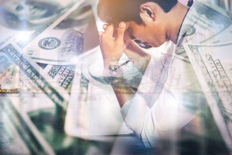 Uomo d'affari serio che lavora con l'analisi finanziaria all'ufficio fotografie stock