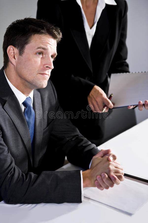 Uomo d'affari serio del primo piano che si siede nella sala del consiglio immagine stock libera da diritti