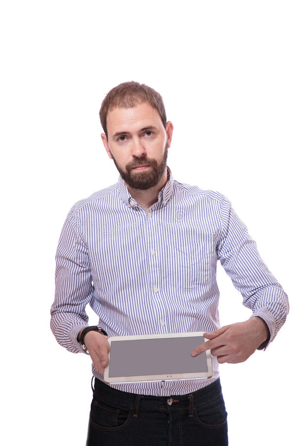 Uomo d'affari serio Showing Digital Tablet sopra fondo bianco fotografia stock libera da diritti