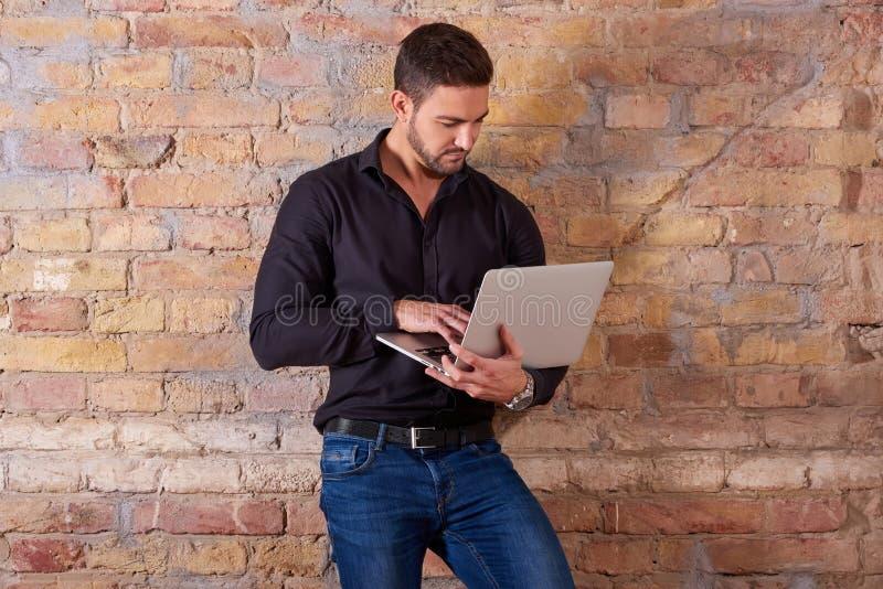 Uomo d'affari serio Using Laptop immagine stock libera da diritti