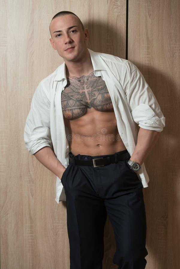 Uomo d'affari sexy su fondo di legno fotografie stock