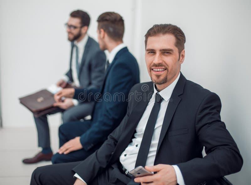 Uomo d'affari sicuro che aspetta una riunione fotografie stock