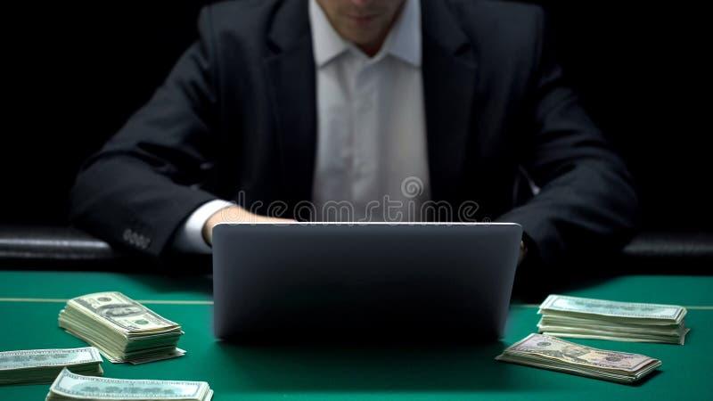 Uomo d'affari sicuro che scommette tutti i soldi sul gioco del poker online, sito Web del casinò fotografia stock