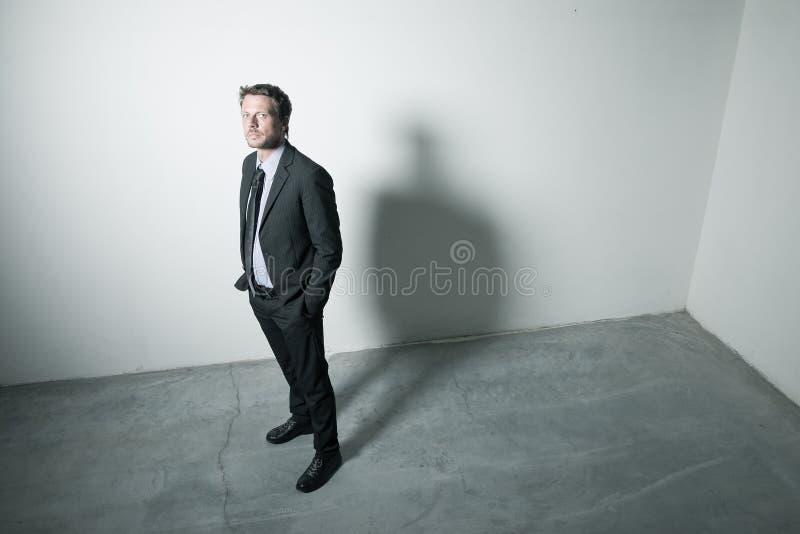 Uomo d'affari sicuro con illuminazione drammatica fotografie stock libere da diritti