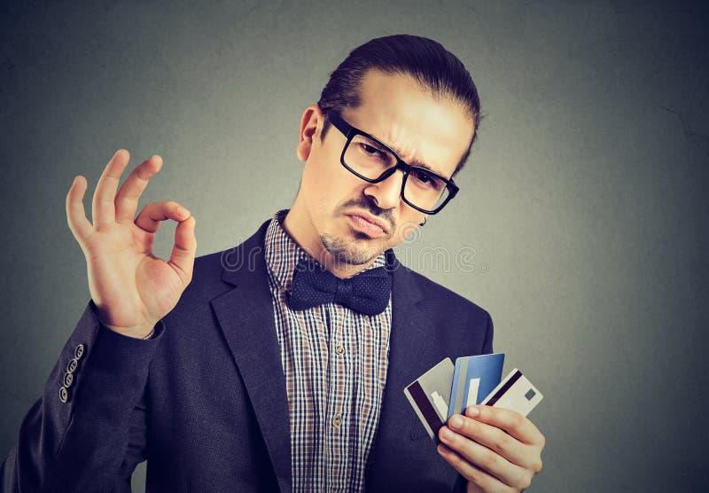 Uomo d'affari sicuro con le carte di credito immagine stock libera da diritti
