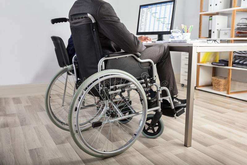 Uomo d'affari Sitting In Wheelchair immagini stock libere da diritti