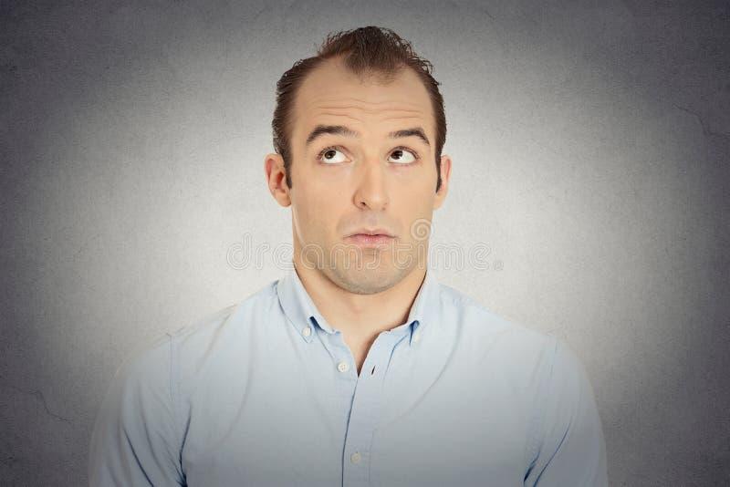 Uomo d'affari sleale colpevole invidioso geloso di colpo in testa fotografia stock