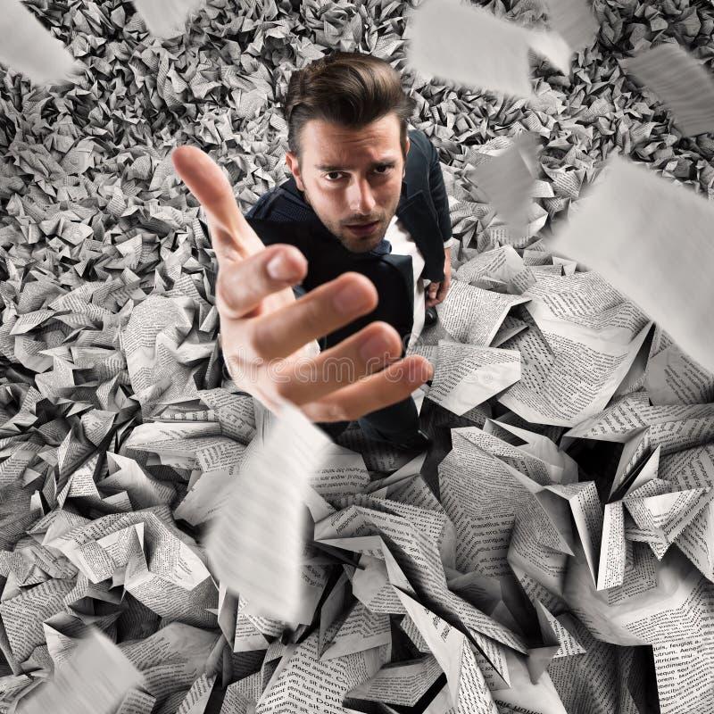 Uomo d'affari sommerso tramite troppo lavoro concetto di lavoro eccessivo fotografia stock libera da diritti