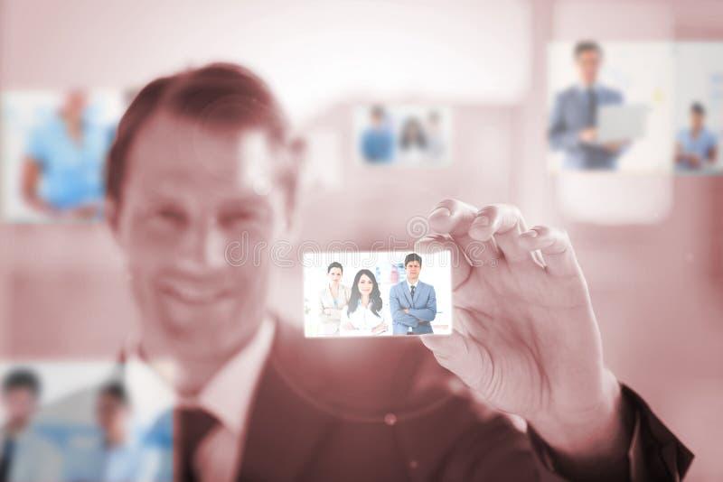 Uomo d'affari sorridente che seleziona un'immagine immagini stock libere da diritti