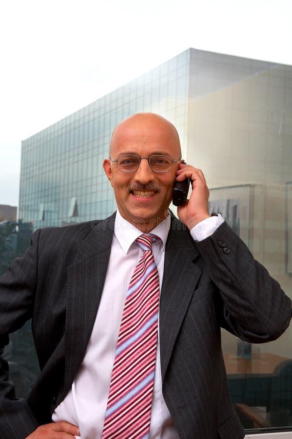Uomo d'affari sorridente con il telefono fotografie stock