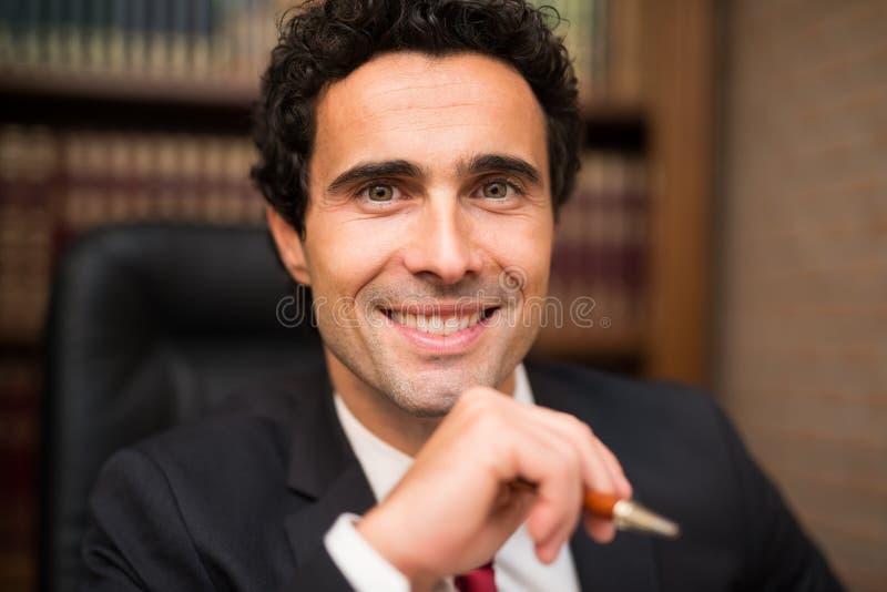 Uomo d'affari sorridente nel suo ufficio immagini stock libere da diritti